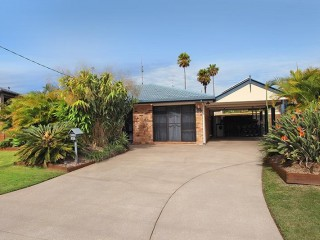 View profile: 3 +1 bedroom home with pool, 800 metres away from the beach and Alex surfclub..